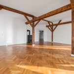 Dachgeschoss Wohnung - Zimmer mit Dachbalken und Parkett Boden